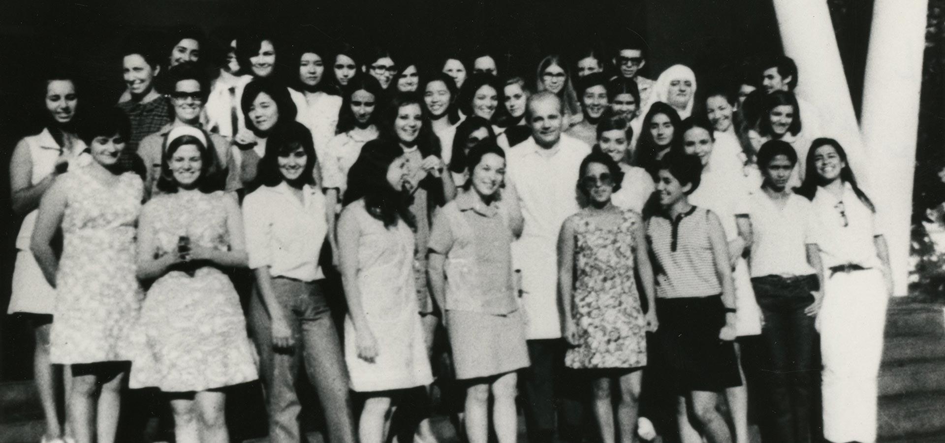 Osman Lins e alunas em Marília
